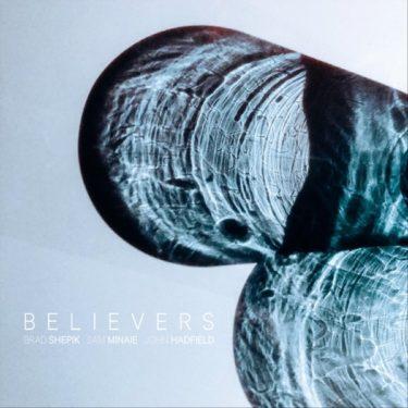 """さりげなく散りばめられた""""ワールド・ミュージック""""が魅力的なジャズギタートリオ新譜『Believers』"""
