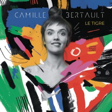 自撮りYouTube動画から成功を掴んだ仏シンガー、カミーユ・ベルトー、自身の境界線を拡げる新譜